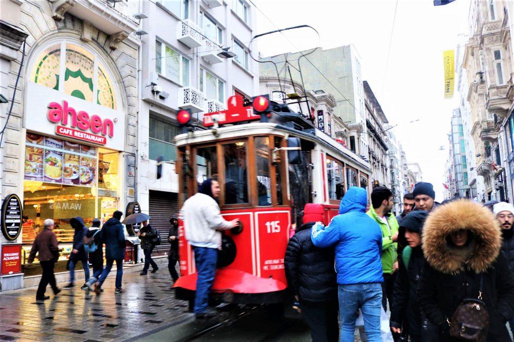 Tram rue Istilar Istanbul Turquie