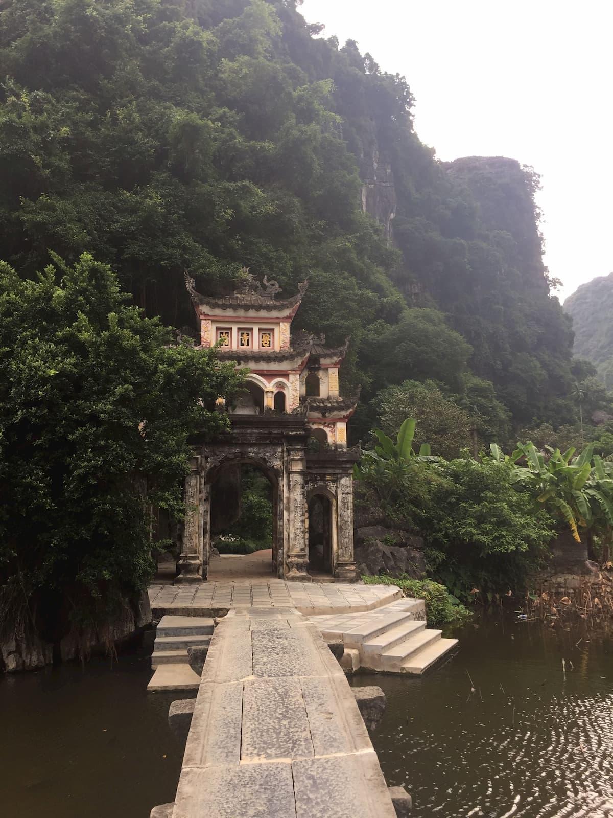 Pagode de jade bay terrestre Vietnam